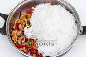 Добавляем рисовую лапшу, предварительно слив с неё горячую воду.