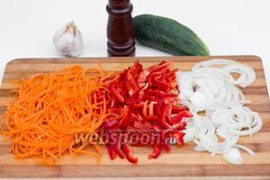 Морковь, сладкий перец и репчатый лук также нарезаем тонкими полосками.