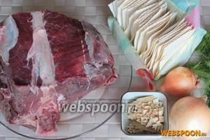 Для приготовления варианта бешбармака понадобится мясо на кости, лапша (домашняя, специальные сочни или другая), лук репчатый, специи и свежая зелень.