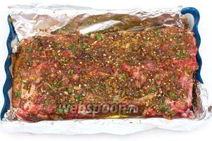 В мясе делаем неглубокие проколы острым тонким ножом, выкладываем его в какую-нибудь форму и полностью обмазываем маринадом, со всех сторон, как бы втирая в мясо. Накрываем и ставим в холодильник примерно на час, периодически переворачивая и втирая маринад.