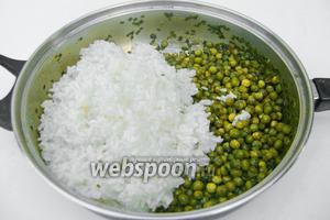 Отдельно в подсоленной воде отвариваем до готовности рис. Промываем его и высыпаем к уже мягкому горошку.