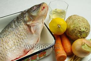 Чтобы приготовить запечённую рыбу, необходимо взять свежего карпа, корень сельдерея, корни петрушки, морковь, лук, соль, перец, белое сухое вино, лимоны.