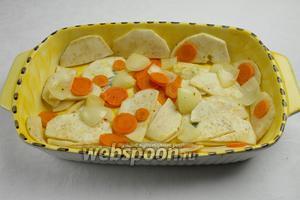 Подготовить в сотейнике «подушку» для рыбы из овощей.