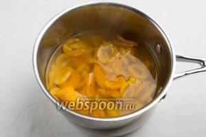 Тонкой струйкой влить крахмальную воду в отвар с курагой, всё время помешивая. Варить 5 минут. За минуту бросить в кисель пару долек лимона для вкуса.