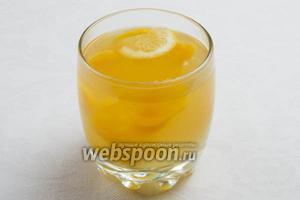Снять с огня. Остудить. Подавать тёплым. Украсить долькой лимона и вареными плодами кураги в сахаре на шпажках.