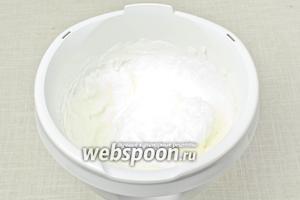 В белки добавить щепотку соли и взбить в тугую пену. Очень важно взбивать белки на последнем этапе, иначе они стекут.
