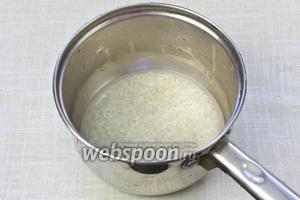 Рис отварить до полуготовности. Для этого его необходимо промыть, залить водой так, чтобы покрыть слой риса и поставить на слабый огонь. Снять с огня, когда вода испарится.