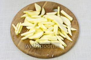 Яблоки очистить от кожуры, удалить сердцевину и нарезать тонкой соломкой.