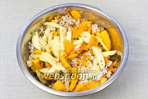 В глубокой миске смешать рис, яблоки (можно сушёные), мякоть тыквы, миндаль и отжатый изюм. Добавить сахар, корицу и размягчённое сливочное масло. Тщательно перемешать.
