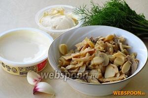 Для приготовления закуски нужно взять резаные консервированные шампиньоны, мягкий плавленый сыр, майонез жирностью 67 %, зелень укропа и чеснок.