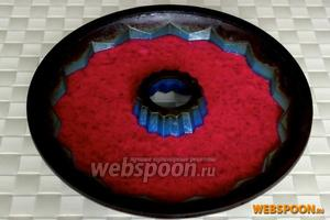 Перелейте яркое свекольное тесто в силиконовую или смазанную металлическую форму или в небольшие формочки.