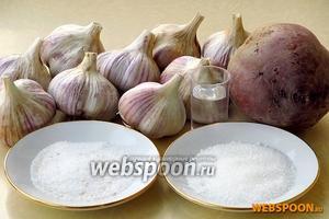 Для приготовления маринованного чеснока в свекольном соке нужно взять головки озимого чеснока, свёклу, сахар, соль и уксус 9 % концентрации.