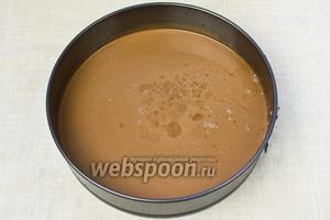 Залить форму тестом и поставить в разогретую до 160-170 °C духовку. Выпекать на 1 час. Затем подержать корж в выключенной духовке ещё 10 минут и вынимать.