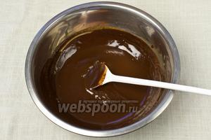 Шоколад интенсивно перемешать со сливками.
