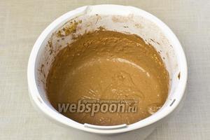 Продолжая взбивать, добавить какао порошок и измельчённый миндаль.