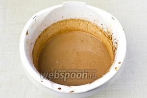 И в конце добавить растопленный шоколад в воде (охлаждённый до комнатной температуры). Взбивать ещё 2 минуты.