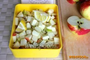 Нарежьте яблоки кубиками примерно 1 см, периодически сбрызгивая их лимонным соком.