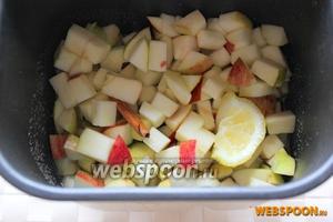 В контейнер для хлебопечки налейте воду, всыпьте сахар, добавьте нарезанные яблоки, кусочки лимона прямо с кожурой и палочку корицы.