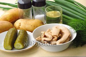 Для приготовления салата нужно взять консервированные кальмары, солёные огурцы, картофель, зелёный лук, зелень укропа, растительное масло, молотый чёрный перец и соль.
