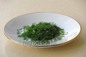 Зелень укропа вымыть в проточной воде, обсушить и порубить.