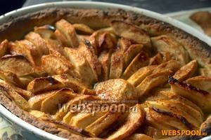 Ставим пирог в разогретую до 200 °C духовку на 30 минут, или пока пирог и яблоки не подрумянятся. Приятного аппетита!