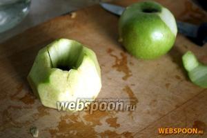 А пока займёмся начинкой. Чистим яблоки от кожуры и удаляем сердцевину. Нарезаем яблоки дольками, сбрызгиваем лимонным соком, чтобы яблоки не потемнели.