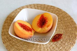 Персик освободить от косточки. Крупно нарезать мякоть.
