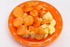 Очистить и порезать на средние куски морковь и картофель.