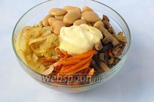 Соединить печень, фасоль, морковь, лук, майонез.