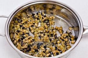 Затем добавьте специи: шамбалу, асафетиду и соль, перемешайте.