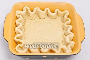 Тонко раскатайте тесто и выложите в форму, смазанную маслом. При желании края теста при помощи пальцев рук сделать волнами.
