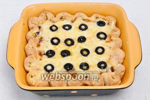 Пирог поместить в духовку. Запекать при 180-200 °C до готовности. Примерно 30 минут.