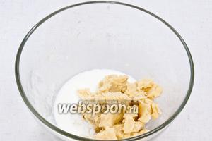 Добавьте столько йогурта, чтобы замесилось тесто.