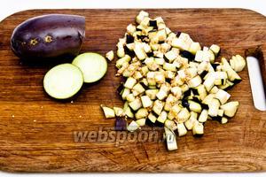 Нарежьте баклажаны кубиками, посолите и оставьте на 10 минут, чтобы ушла горечь.