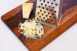 Сыр натрите также на крупную тёрку.