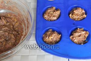 Шоколадное тесто также разложите по смазанным или силиконовым формочкам.  Выпекайте такие небольшие кексы при 200 °C около 20 минут.