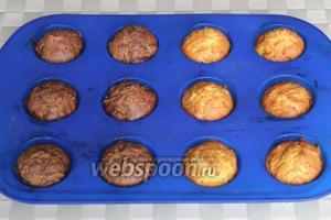 Готовые кексы достаньте из формочек, а после остывания посыпьте сахарной пудрой или украсьте по своему вкусу!
