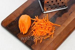 Морковь натереть на крупной тёрке.