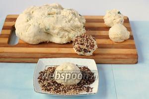 Одну сторону  булочек прижать в тарелку со смесью семян льна и кунжута.