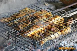 Чтобы мясо не пересохло, не сгорело и при этом хорошо полностью прожарилось, нужно постоянно переворачивать решетку то одной, то другой стороной.