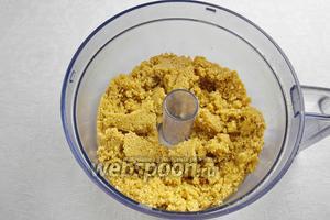 Приготовить песочную основу. Печенье разбить в крошку. Смешать с размягчённым сливочным маслом и соком лимона.