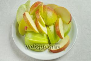 Приготовить яблоки: помыть, обсушить, удалить сердцевину с семенами. Разрезать на дольки.
