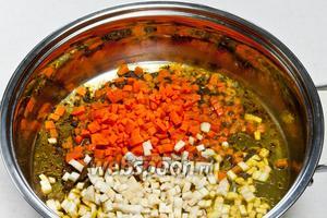 Затем добавить морковь, сельдерей и хмели-сунели. Обжарить до золотистого цвета.
