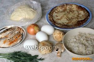 Для приготовления курника понадобится тесто, блины, готовое куриное мясо, сваренные вкрутую яйца и 1 сырой желток, готовый рассыпчатый рис, грибы, лук, зелень укропа.