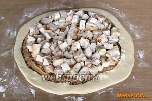 Ровным слоем на блин выложите готовое и нарезанное кубиками куриное филе (отварное, жареное или запеченное со специями) и затем укройте его блином.