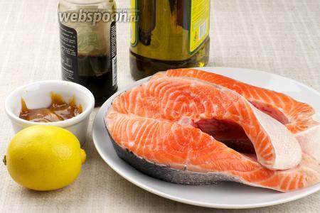 Для приготовления блюда возьмём стейк сёмги (это может быть так же форель или лосось), сухой кориандр, мёд, оливковое масло, соевый соус, лимон и чёрный молотый перец.