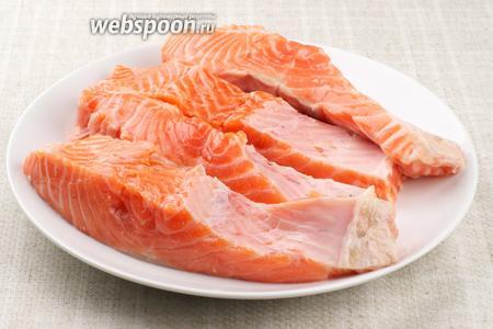 Сёмгу хорошо помыть, удалить кожу и разрезать каждый стейк на 2 части, удалив кость позвоночника рыбы.