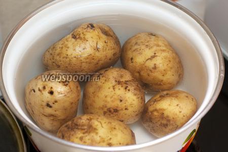 Картофельное пюре это главный ингредиент. Для него нужно взять картофель (800 г) хорошо помыть, залить холодной водой и отварить до готовности. Важно правильно варить картофель в мундирах, чтобы получилась нужная консистенция пюре при расталкивании.