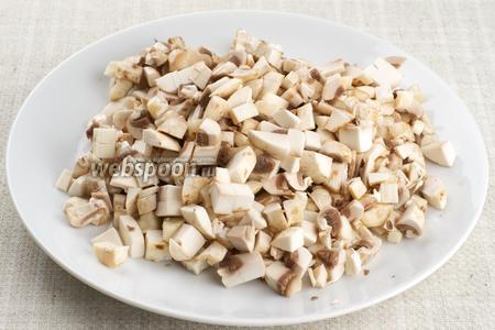Шампиньоны (300 г) помыть, обсушить и так же мелко нарезать кубиками.