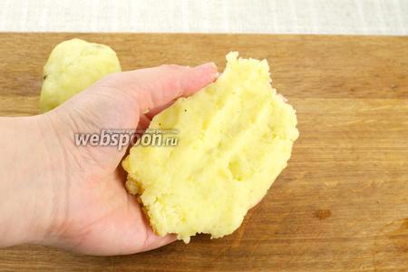 Из картофеля сформировать лепёшку.